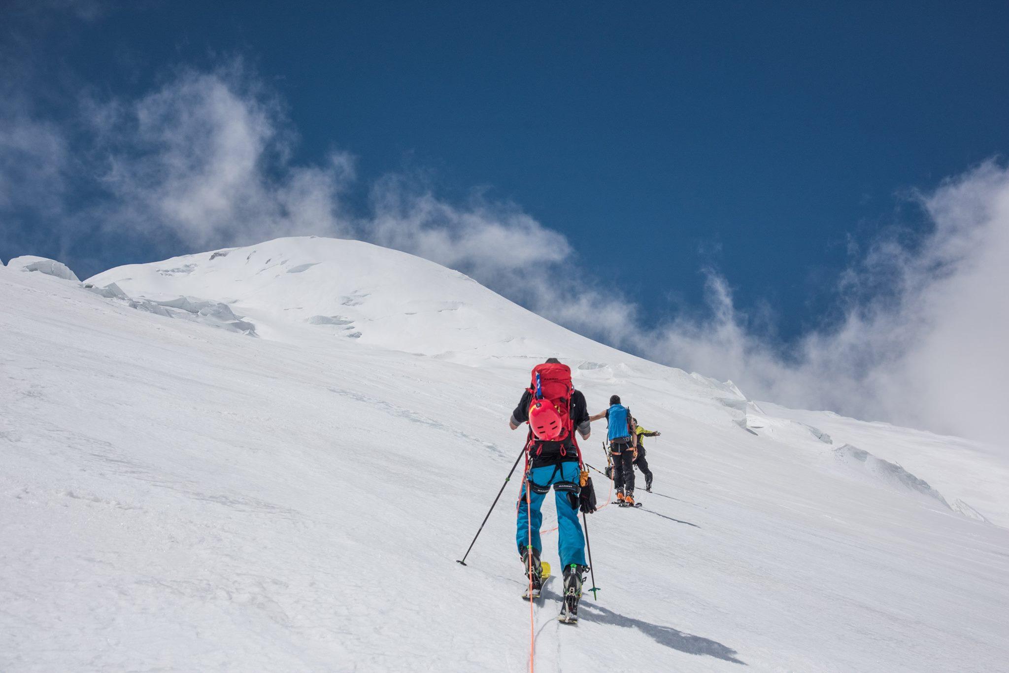Восхождение на Эльбрус с севера с лыжами и сноубордом.