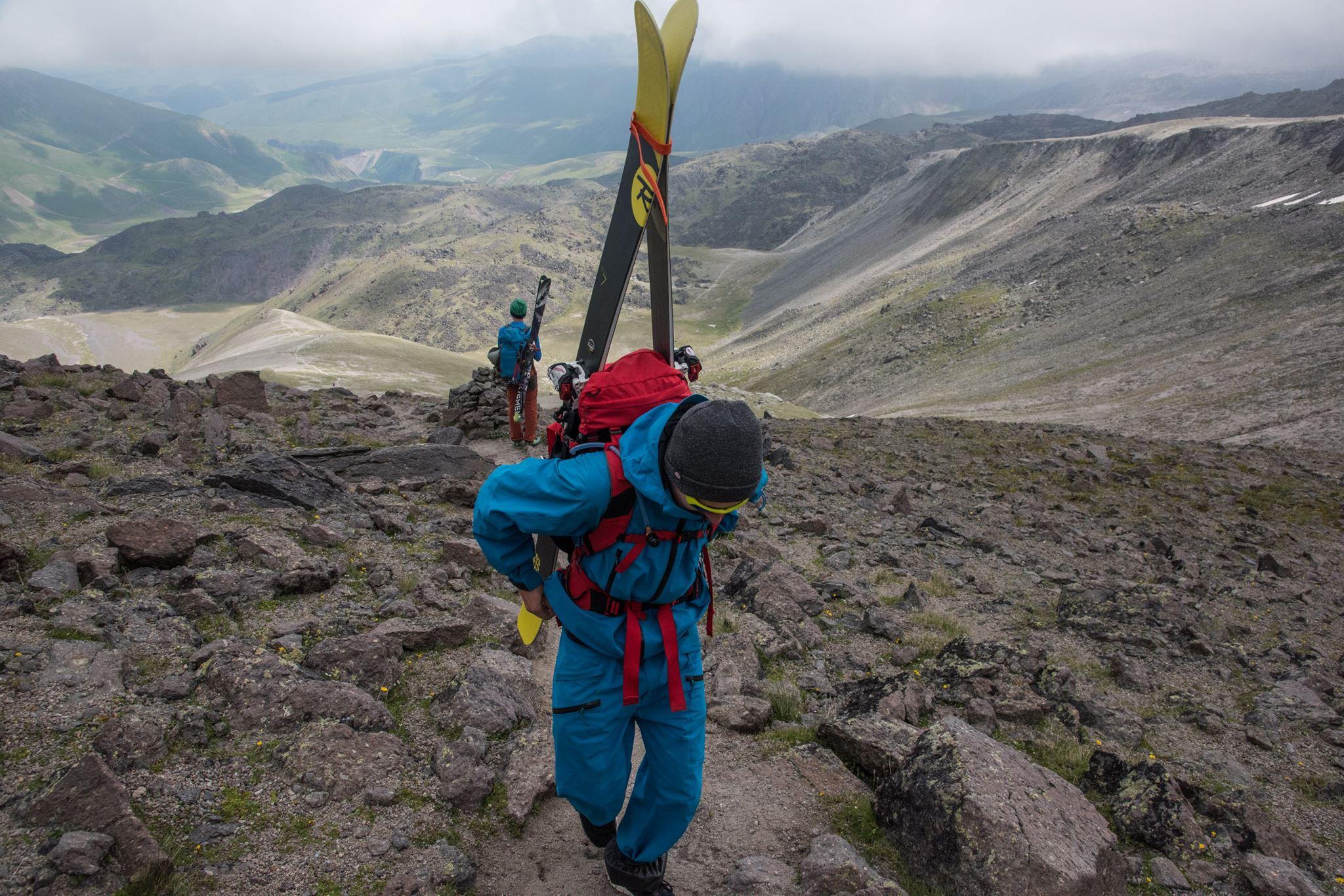 восхождение на эльбрус с севера и спуск с вершины на лыжах и сноубордах